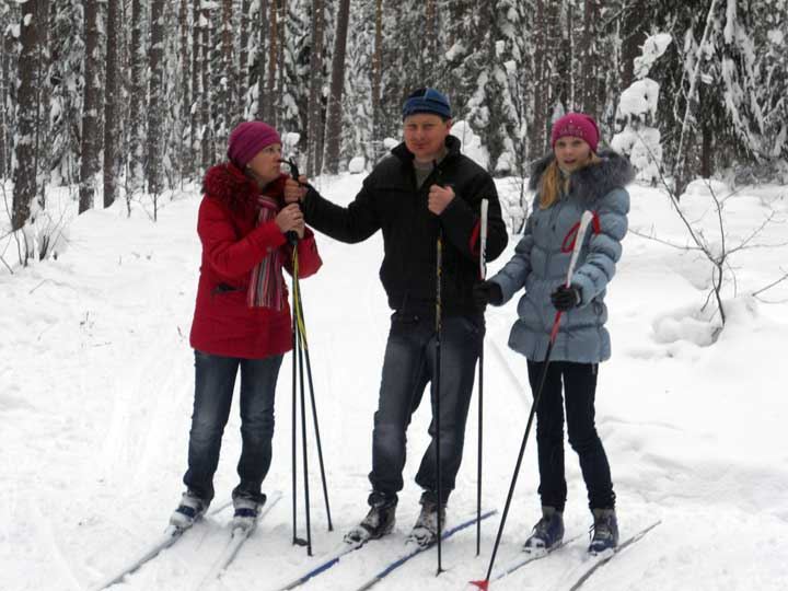 Лыжные прогулки в лесу.