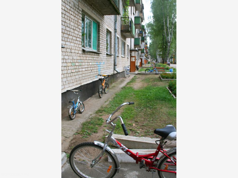 На Городомле. Велопаркинг у дома.