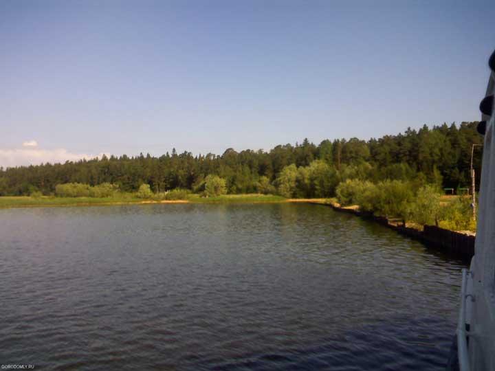 Пляж на острове, вид с озера.