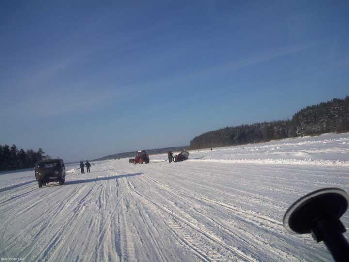 Лёд на Селигере не везде достаточно крепок!