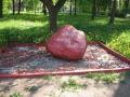 Осташков. Памятный камень в городском парке.