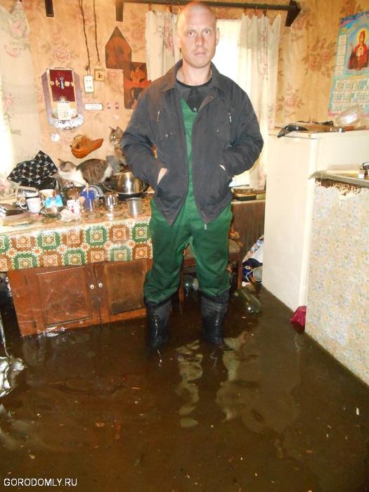 В Осташкове затопило жилой дом.