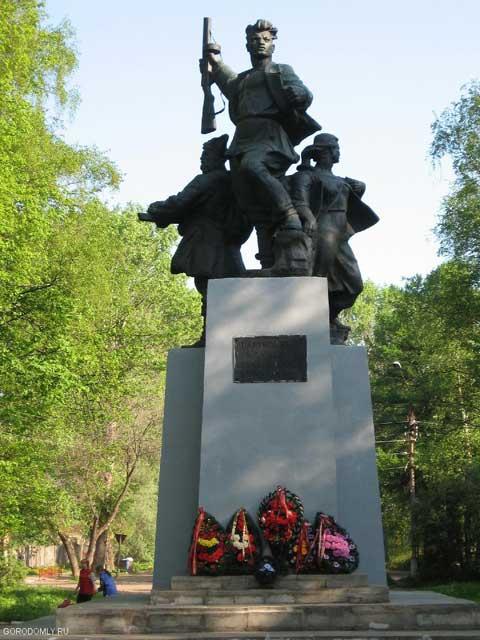 Осташков. Памятник партизанам.