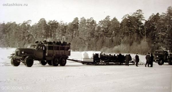 перевозка людей по озеру. советские времена.